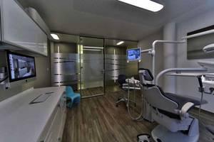 Behandlugszimmer mit folierten Glastrennwänden und Behandlungszeile